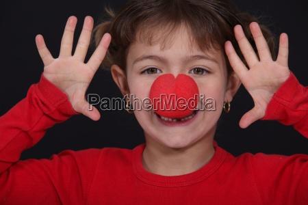 kleine maedchen mit roten nase spielen