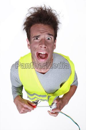 elektriker mit einem elektrischen schlag