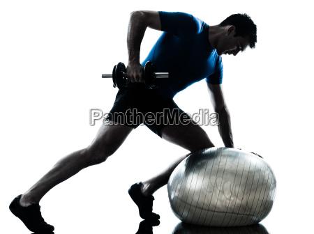 mann der gewichtstrainings trainingseignungshaltung ausuebt