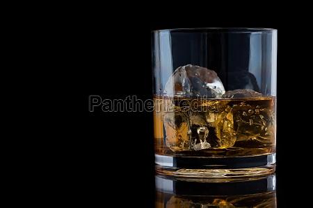 tumbler glas mit whiskey auf einem