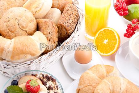 franzoesisches fruehstueck mit croissant und marmelade