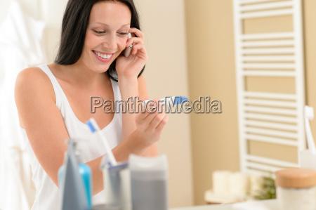frau schwangerschaft traechtig bad badezimmer gelass