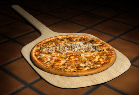 pizza auf einer holzschale