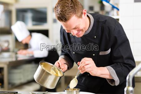koch in restaurant oder hotel kueche