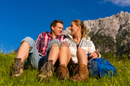 glueckliches paar beim wandern in bergen