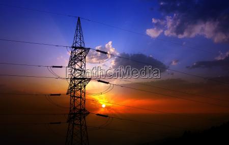 dramatische wolken himmel und elektrische turm