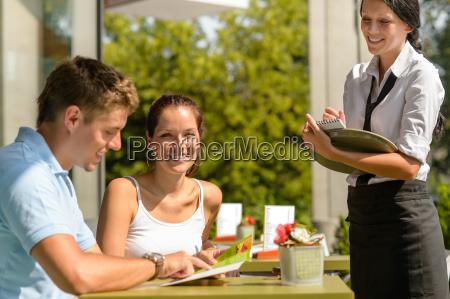 ehepaar bei cafe bestellung von kuechenwaerter
