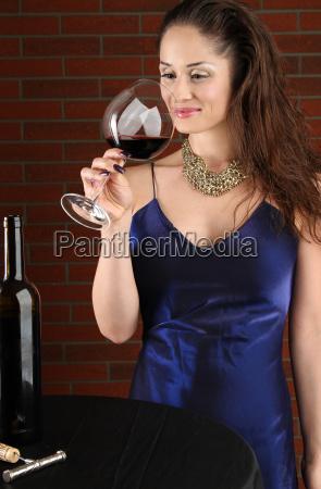 frau abendkleid blau braunhaarig bruenett elegant