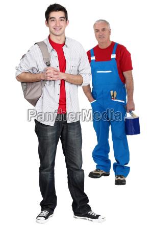 senior handwerker und auszubildende posieren