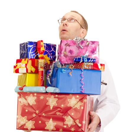 arzt mit einer menge von geschenken
