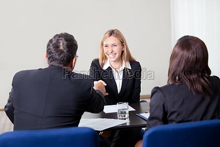weibliches schuetteln die haende beim vorstellungsgespraech