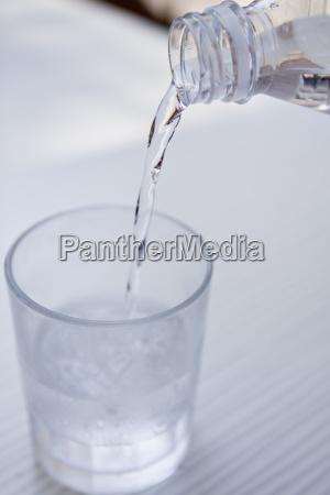 frisches kaltes klares wasser in einer