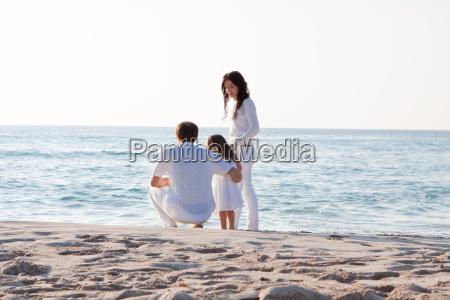 glueckliche junge familie mit kleiner tochter