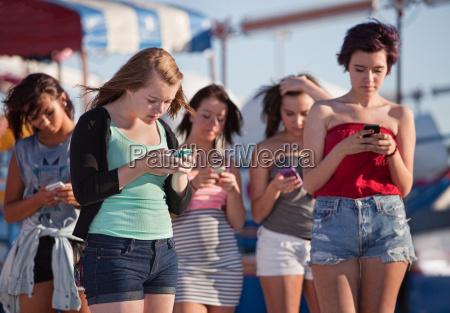 junge damen mit ihren handys