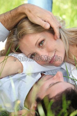nahaufnahme der liebhaber im gras