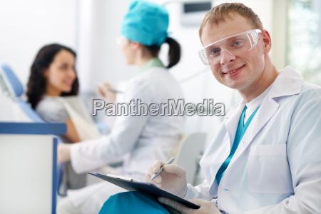 freundlicher zahnarzt