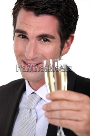 geschaeftsmann trinkt champagner