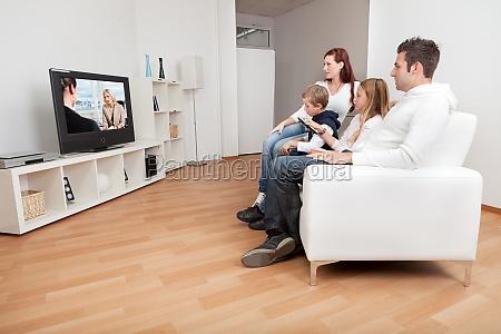 junge familie fernseher zu hause