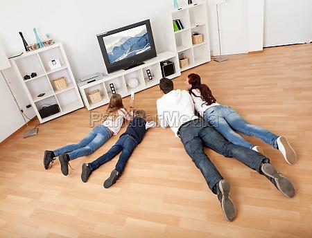junge familie vor dem fernseher zu