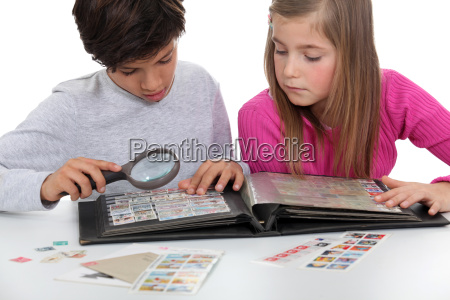 dzieci ogladanie znaczkow albumu