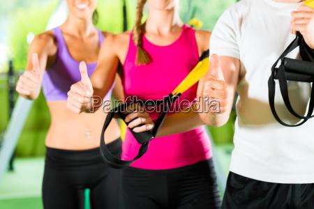 fitnessstudio glueckliche leute vor dem