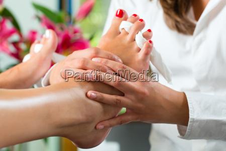 donna cura smalto per le unghie