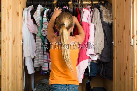 familie kind vor seinem kleiderschrank
