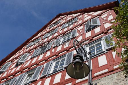 fachwerkhaus mit roten holzbalken