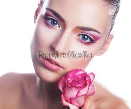 sinnliches schoenheitsmaedchengesicht mit blume rosarose