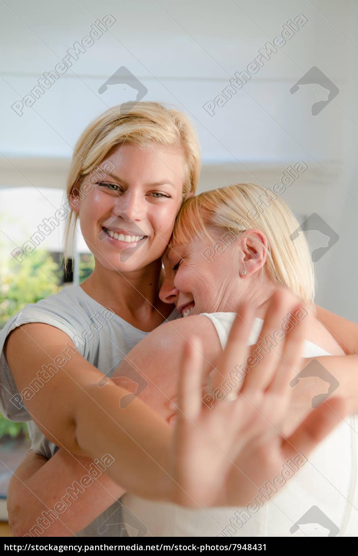 Junge Gluckliche Frau Die Ihrer Mutter Verlobungsring Stockfoto