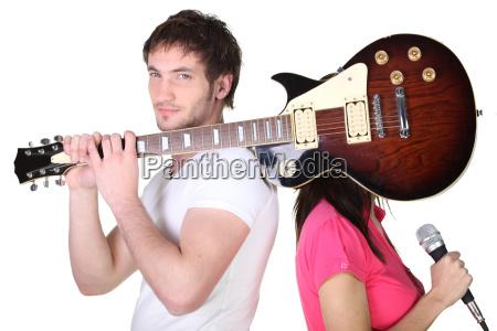 gitarrist der seine bandkollegen gesicht bedeckt