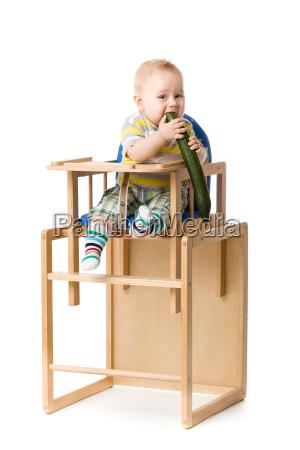baby sitzt im hochstuhl