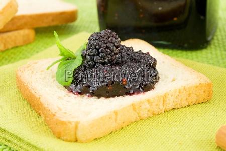 toast mit marmelade und maulbeere