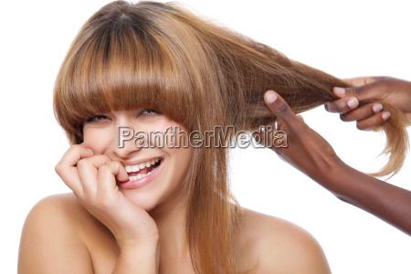 laechelnde schoenheit bekommen ihre haare gemacht