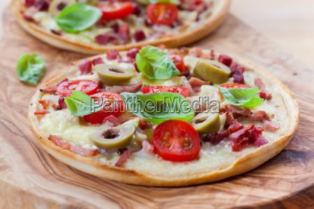 olive torte basilikum salami franzoesisch gebacken
