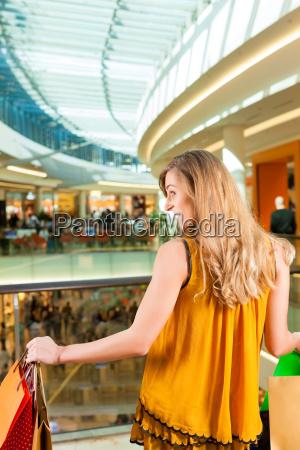 junge frau beim shoppen in einer