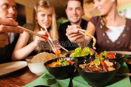 junge, leute, essen, in, einem, thai - 7981542