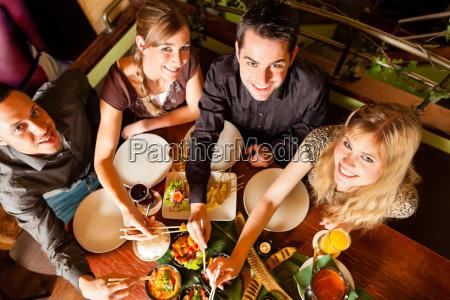 junge, leute, essen, in, einem, thai - 7981550