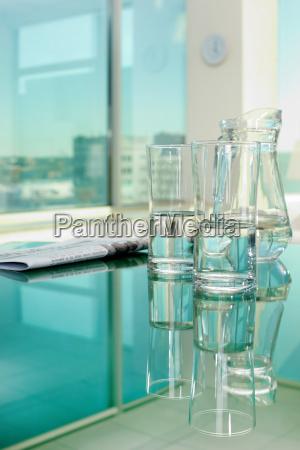 wasser und zeitung auf dem tisch