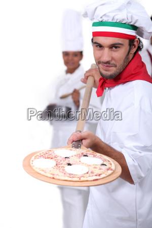 pizzameister der seine pizza anzeigt