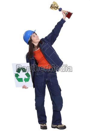 frau ausgezeichnet trophaee fuer recycling bemuehungen