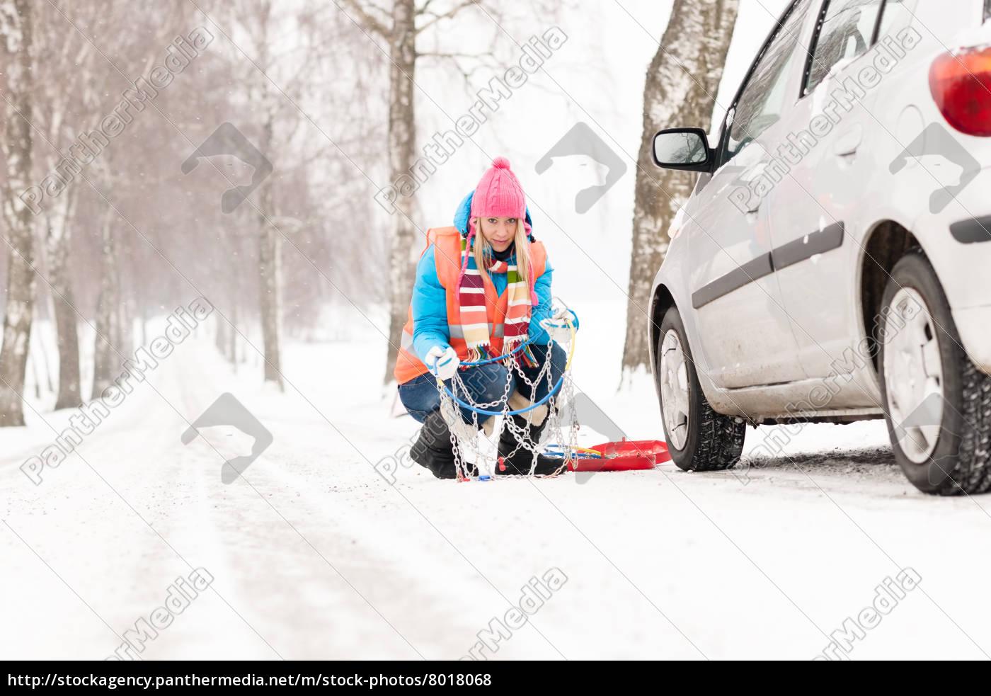frau, mit, reifenketten, auto, schneesturz - 8018068