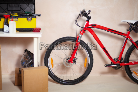 mountainbike in der garage