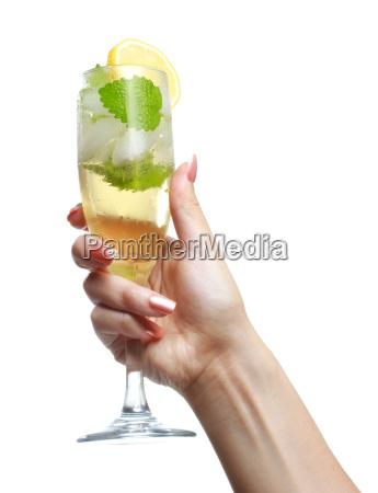 frau haelt ein glas sekt