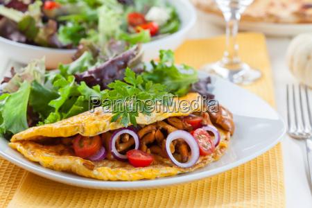 omelet gefuellt mit pfifferlingspilzen