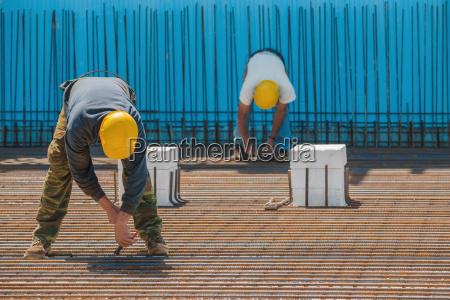 bauarbeiter verbindliche draehte installiert zu stabstahl