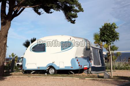 kleiner wohnwagen auf einem campingplatz