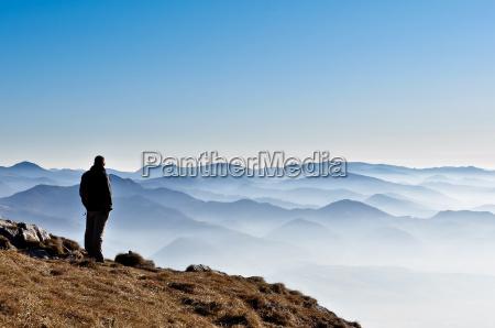 misty berg huegel und mann silhouette
