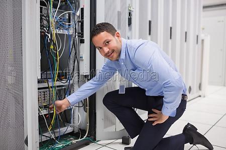 technician steckt das kabel in den