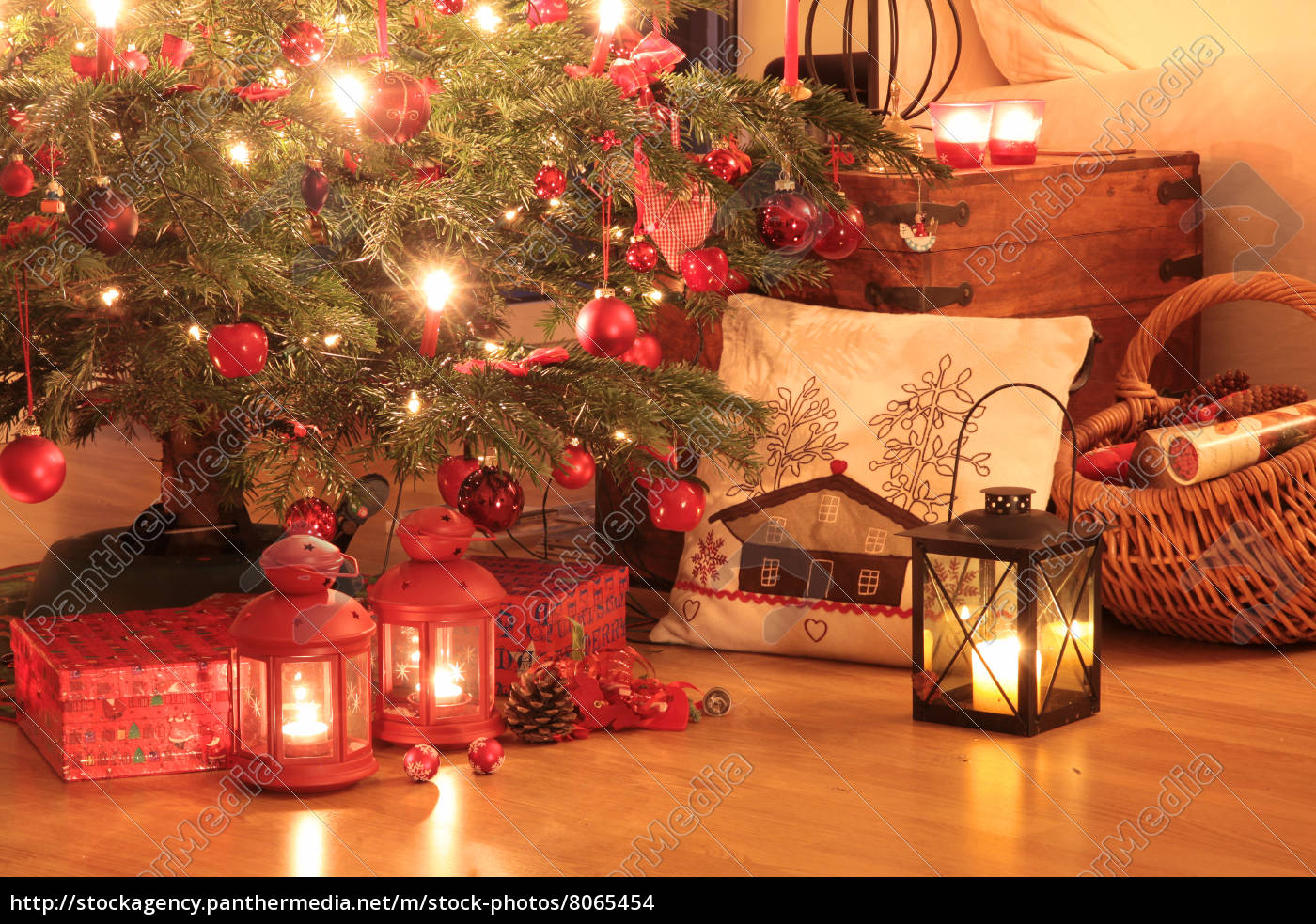 WeihnachtsGeschenke unter dem Baum - Stock Photo - #8065454 ...